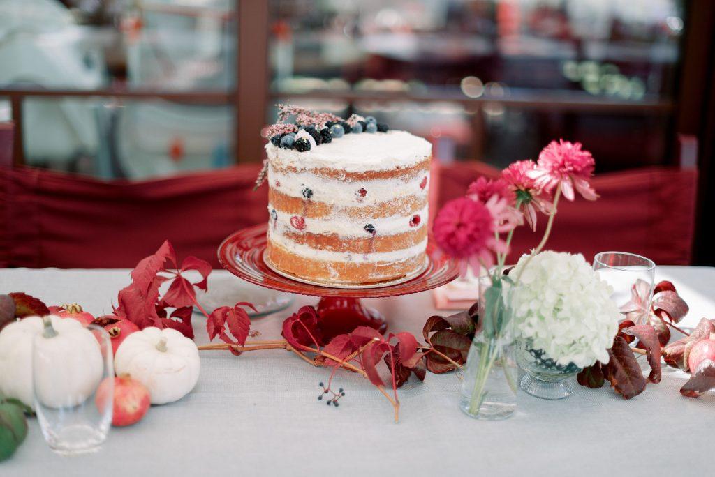 Una torta in stile autunnale
